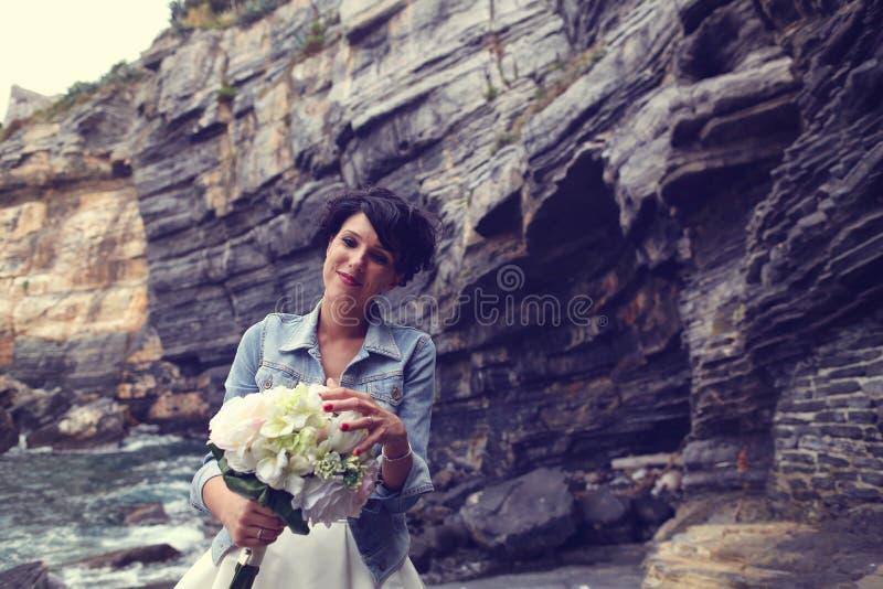 sposa con il suo mazzo di nozze immagine stock libera da diritti