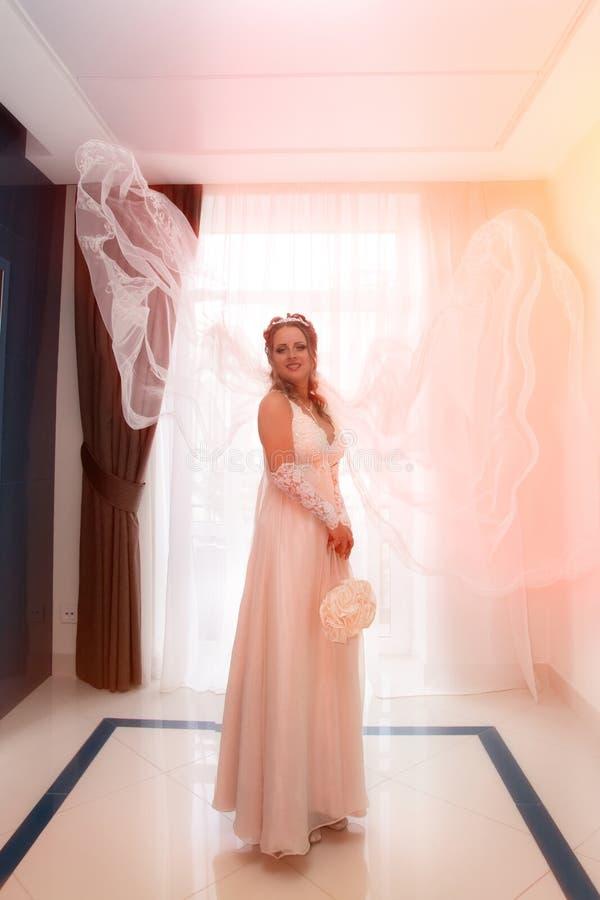 Sposa con il velare che vive nell'aria immagine stock libera da diritti