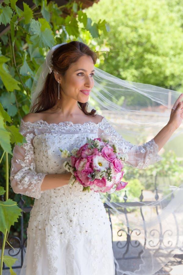 Sposa con il velo in giardino fotografia stock