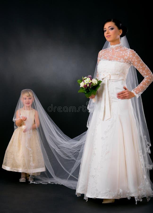 Sposa con la giovane damigella d'onore immagine stock