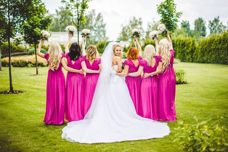 Sposa con le damigelle d'onore in un parco immagini stock