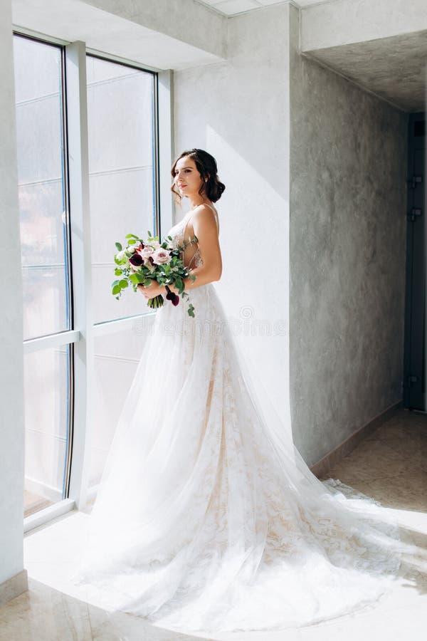 Sposa con un mazzo di nozze in vestito bianco immagini stock libere da diritti