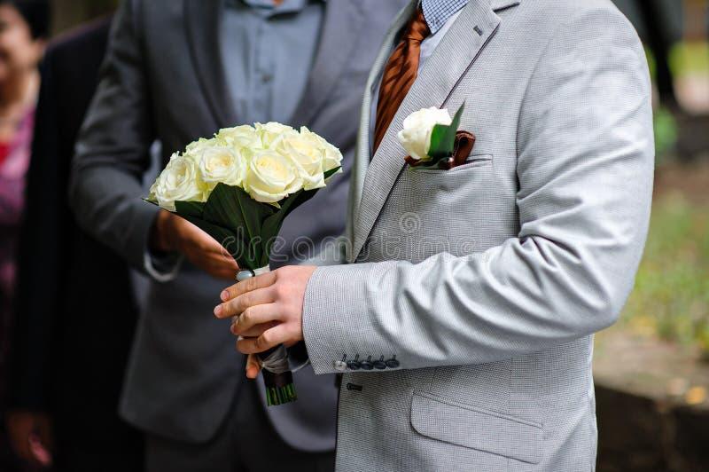 Sposa con un mazzo e un occhiello di nozze immagini stock libere da diritti
