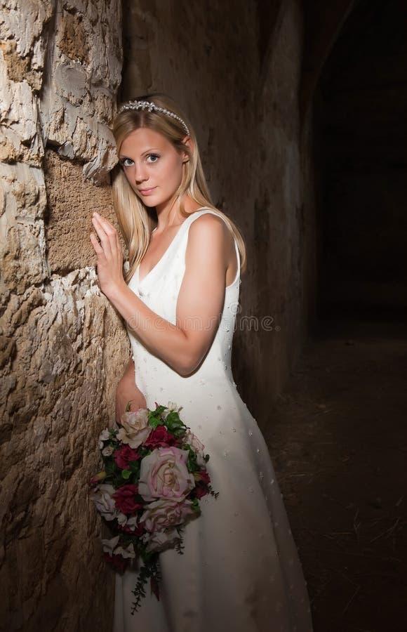 Sposa contro la vecchia parete immagine stock