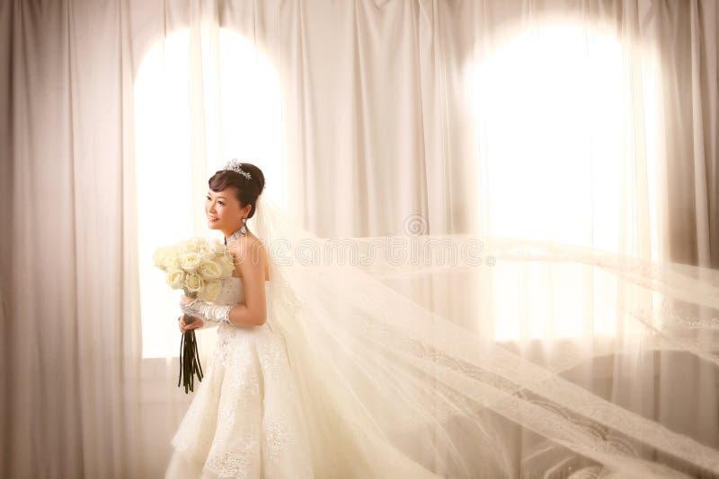 Sposa dalla finestra immagine stock libera da diritti