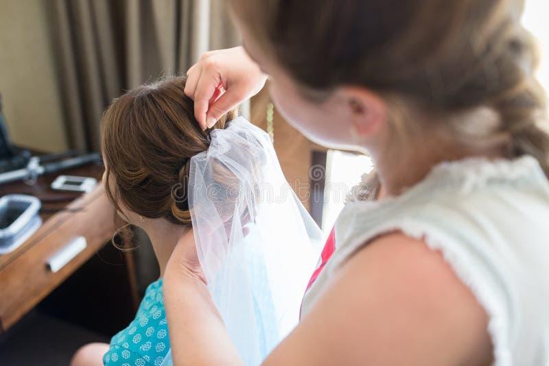 Sposa del taglio del parrucchiere immagini stock