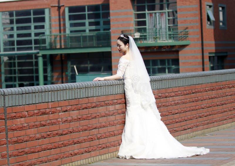 Sposa della ragazza in vestito da sposa con una bella corona imperiale fotografia stock