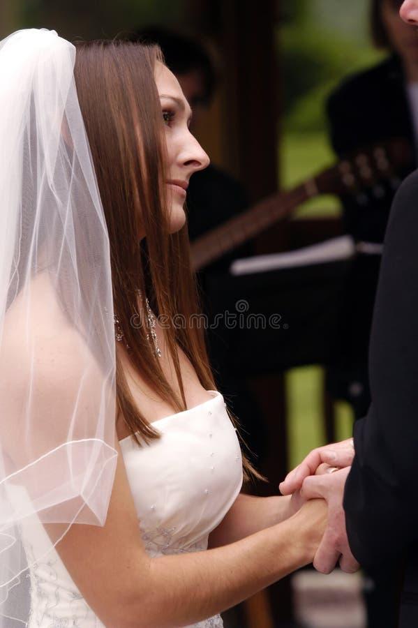 Sposa di cerimonia nuziale che ottiene sposata fotografie stock libere da diritti