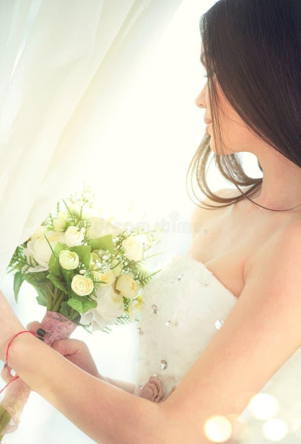 Sposa di modello di modo di bellezza giovane in vestito bianco da nozze immagini stock