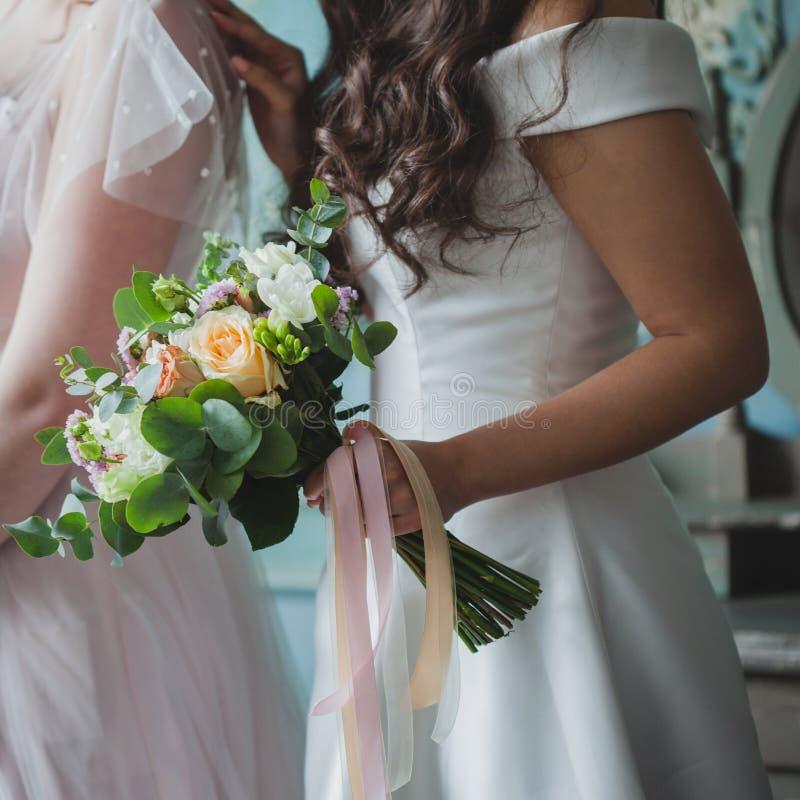 Sposa e damigelle d'onore Belle giovani donne in vestiti fotografia stock libera da diritti
