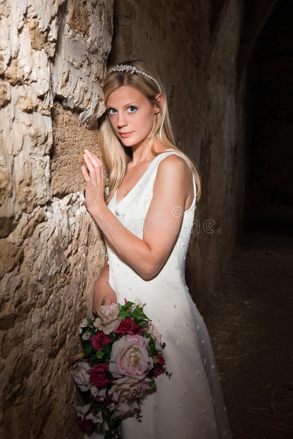 Sposa e parete del grunge fotografia stock libera da diritti