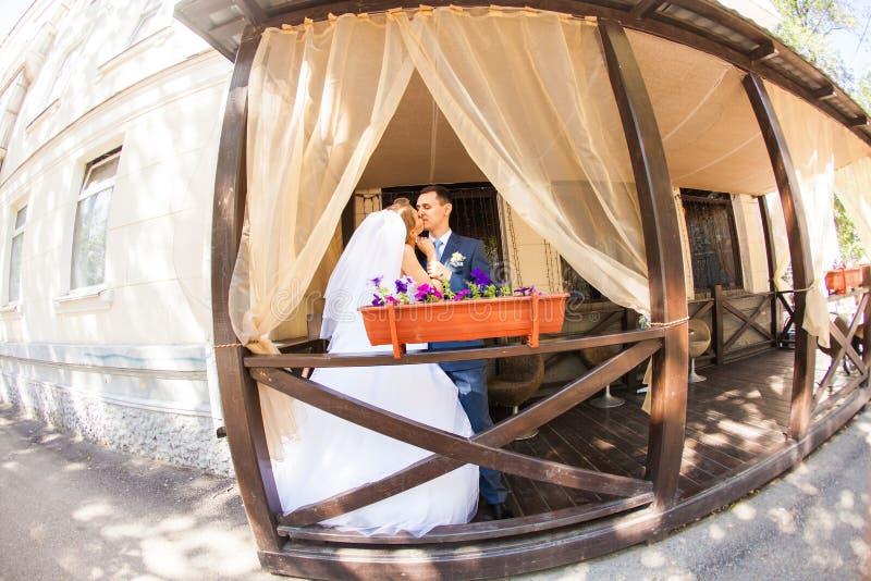 Sposa e sposo alla moda sul terrazzo del ristorante fotografia stock libera da diritti