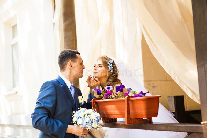 Sposa e sposo alla moda sul terrazzo del ristorante immagini stock
