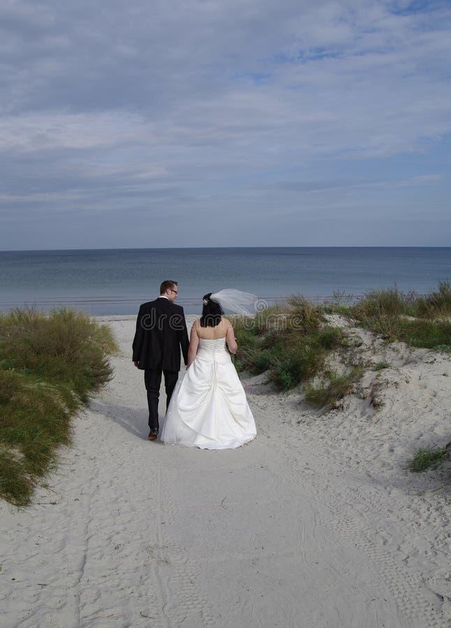 Sposa e sposo alla spiaggia fotografia stock libera da diritti