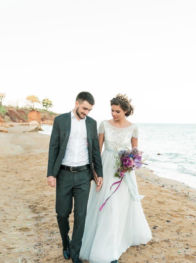 Sposa e sposo a cerimonia di nozze vicino al mare immagini stock libere da diritti