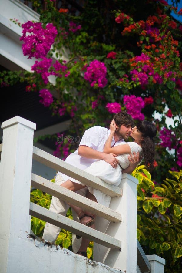 Sposa e sposo che baciano sul balcone fotografia stock