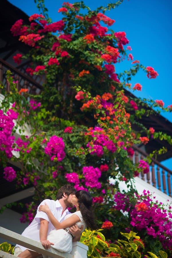 Sposa e sposo che baciano sul balcone immagini stock