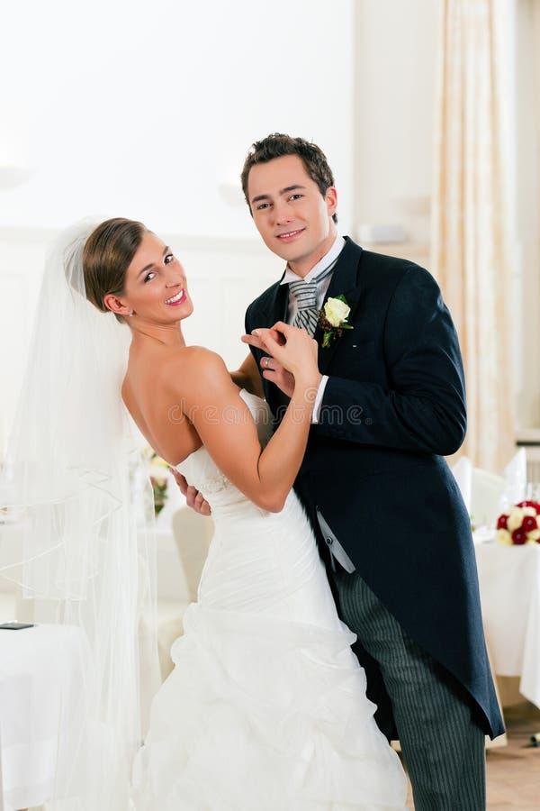 Sposa e sposo che ballano il primo ballo immagine stock