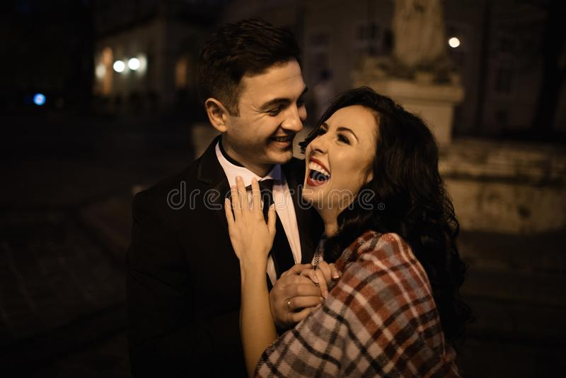 Sposa e sposo che camminano attraverso la vecchia città immagini stock