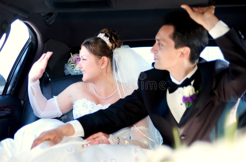 Sposa e sposo che rinunziano agli ospiti fotografia stock libera da diritti