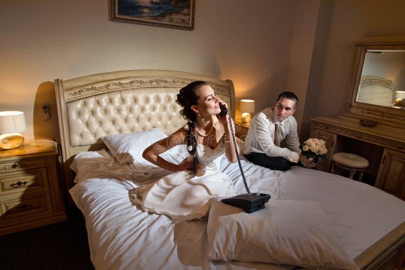 Sposa e sposo che si trovano sulla base immagine stock libera da diritti