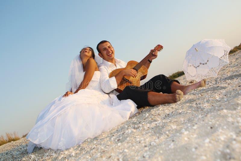 Sposa e sposo con la chitarra fotografie stock libere da diritti