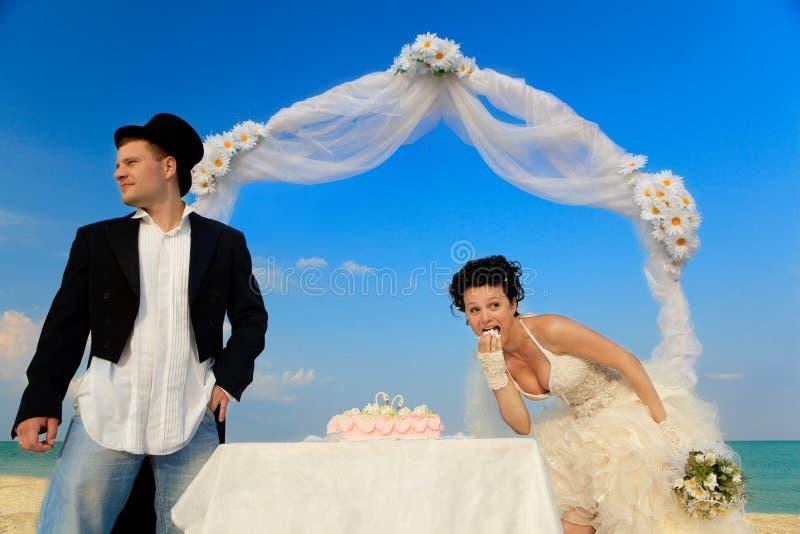 Sposa e sposo con la torta di cerimonia nuziale immagini stock libere da diritti