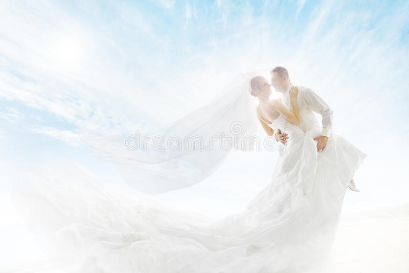 Sposa e sposo Couple Dancing, velo lungo del vestito da sposa immagini stock