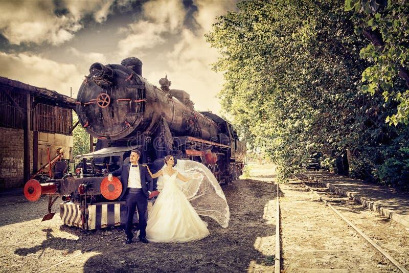 Sposa e sposo esterni immagine stock