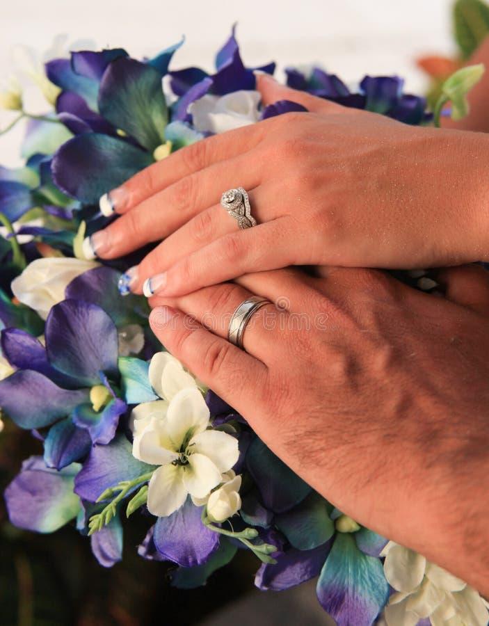 Sposa e sposo Exchanging Wedding Vows immagini stock libere da diritti