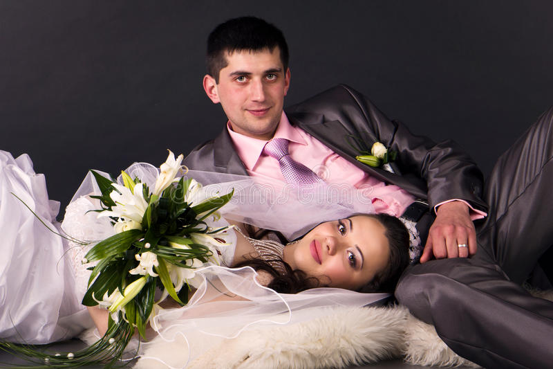 Sposa e sposo felici fotografia stock