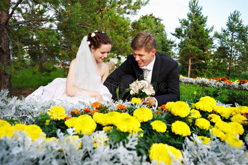 Sposa e sposo felici alla camminata di cerimonia nuziale immagini stock libere da diritti