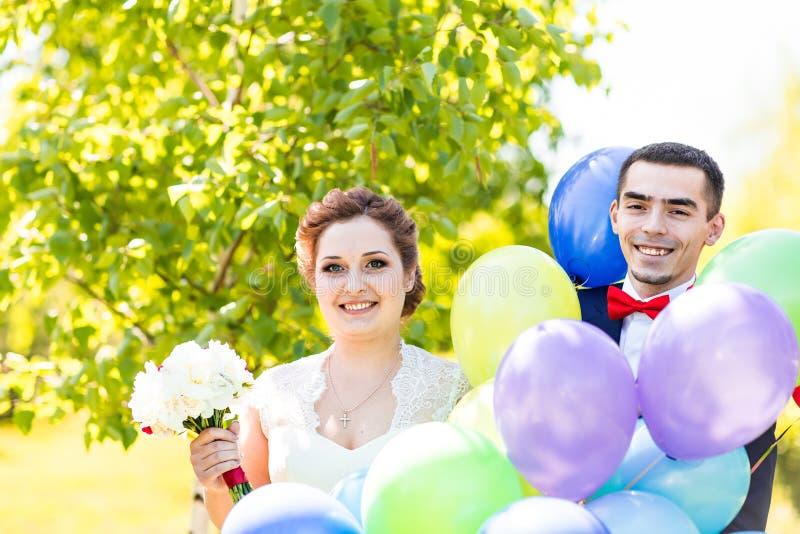 Sposa e sposo felici con i palloni immagini stock libere da diritti