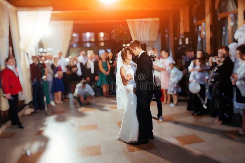 Sposa e sposo felici il loro primo ballo, nozze immagine stock libera da diritti