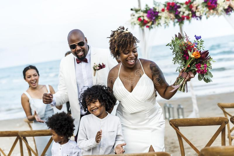 Sposa e sposo felici in una cerimonia di nozze ad un'isola tropicale fotografia stock libera da diritti