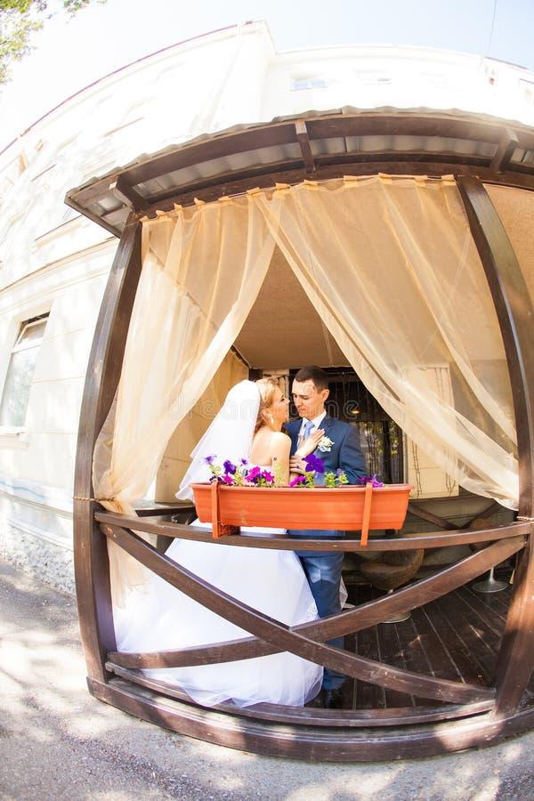 Sposa e sposo nel caffè fotografia stock