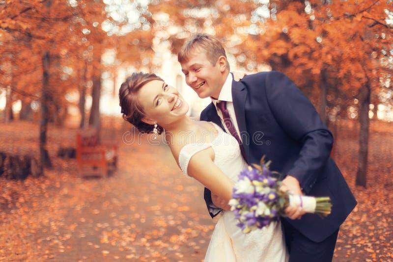 Sposa e sposo nel parco di autunno fotografia stock libera da diritti