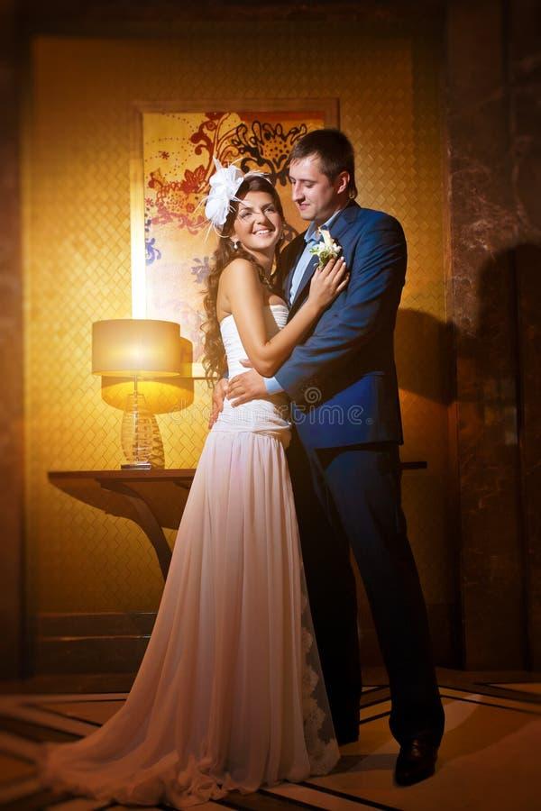 Sposa e sposo nel salone classico di stile fotografia stock libera da diritti