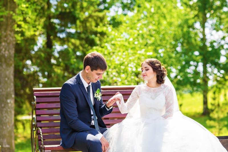 Sposa e sposo sul banco immagine stock