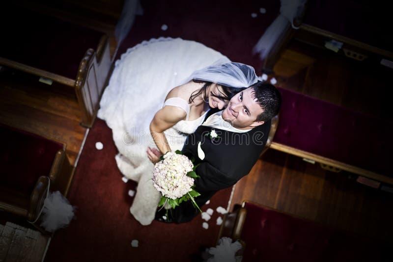 Sposa e sposo in una chiesa immagini stock libere da diritti
