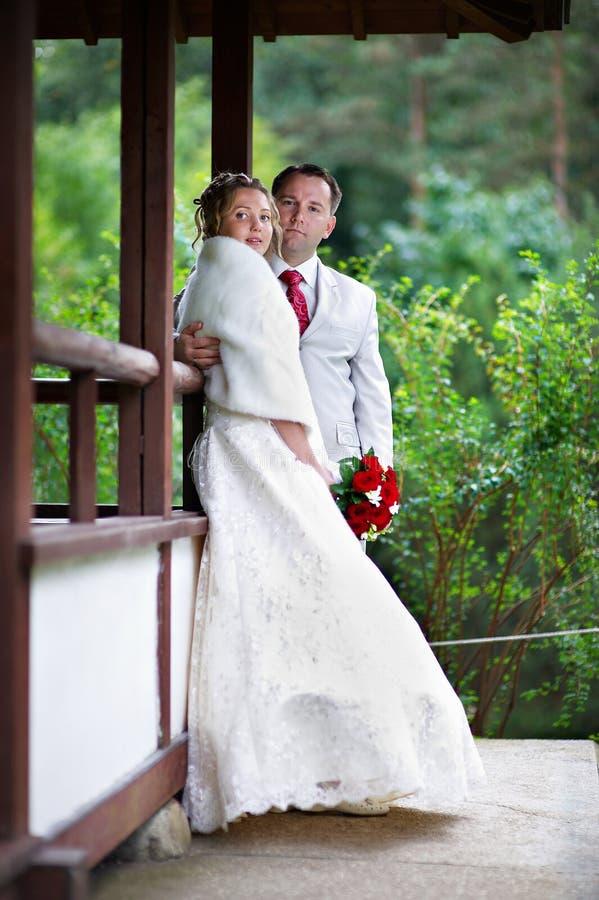 Sposa e sposo vicino alla casa di stile del Giappone fotografie stock libere da diritti