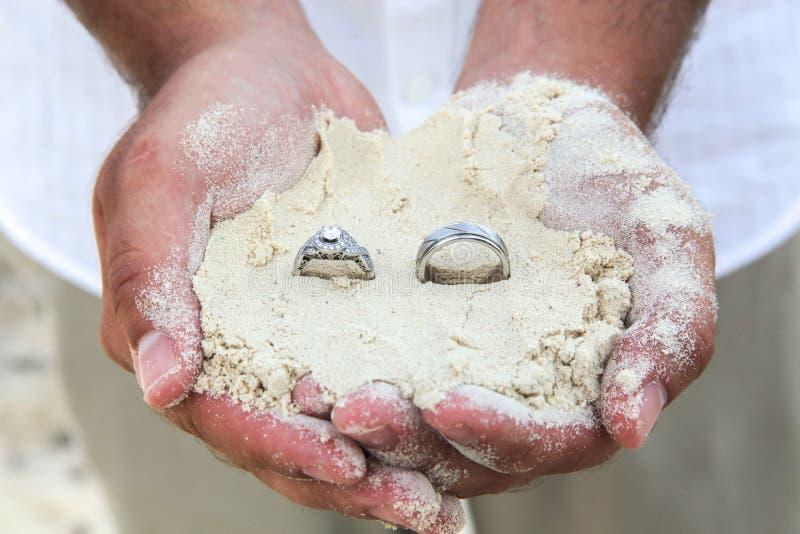 Sposa e sposo Wedding Rings in sabbia immagine stock libera da diritti