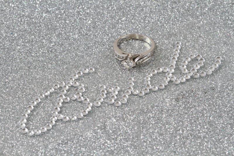 Sposa ed anello su priorità bassa d'argento immagini stock libere da diritti