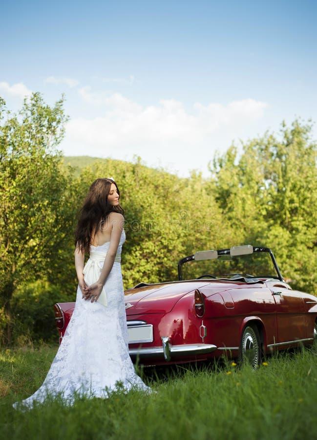 Sposa ed automobile immagine stock