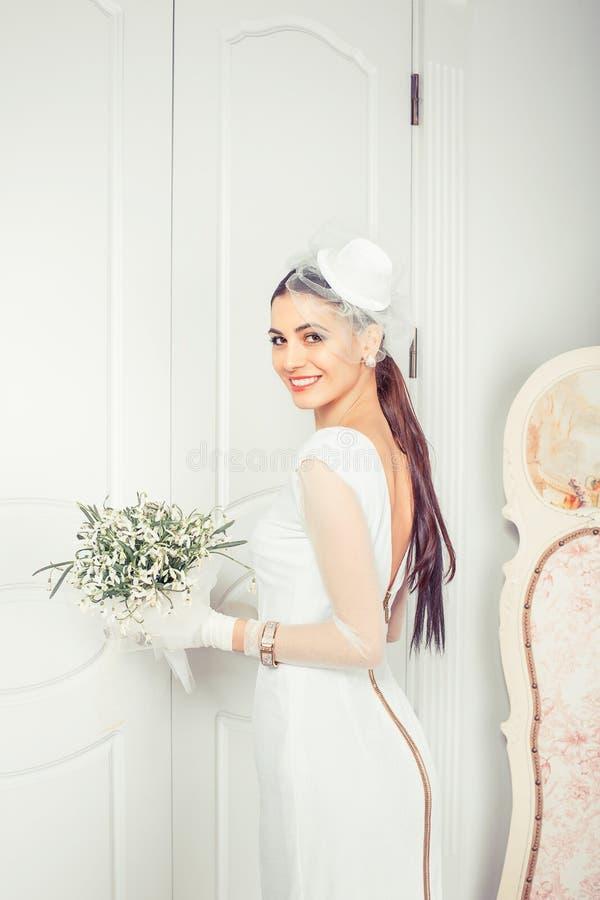 Sposa elegante moderna in vestito d'annata immagini stock