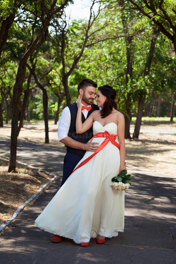 Sposa europea e sposo che baciano nel parco immagini stock