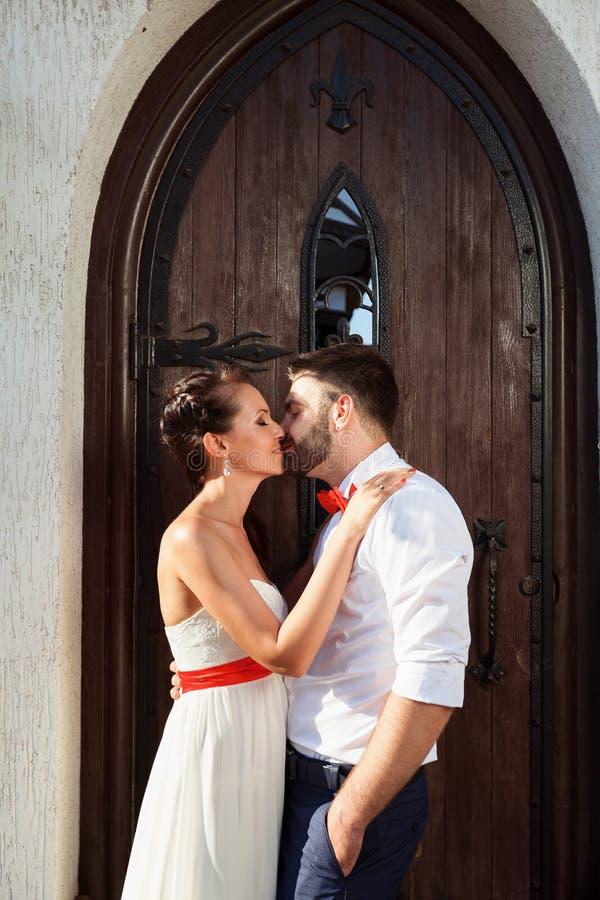 Sposa europea e sposo che baciano nel parco fotografie stock libere da diritti