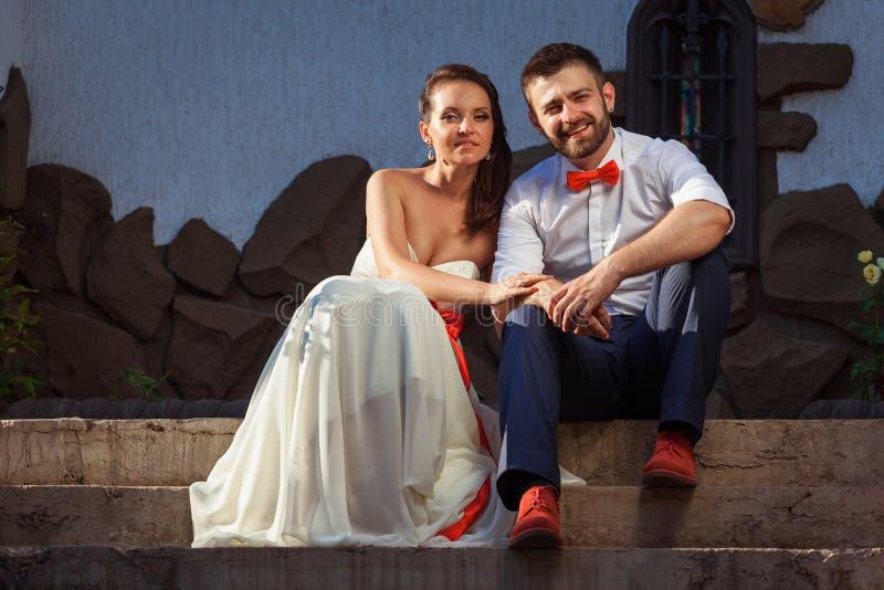 Sposa europea e sposo che baciano nel parco fotografia stock libera da diritti