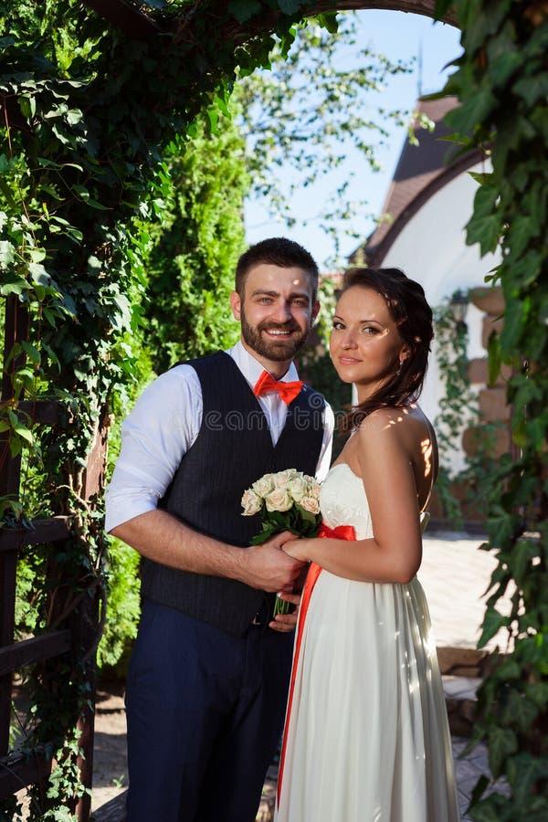 Sposa europea e sposo che baciano nel parco fotografie stock