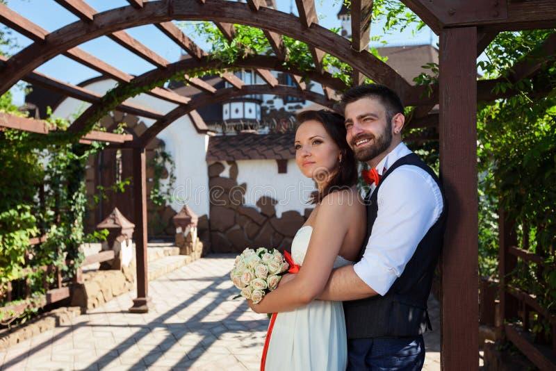 Sposa europea e sposo che baciano nel parco immagini stock libere da diritti